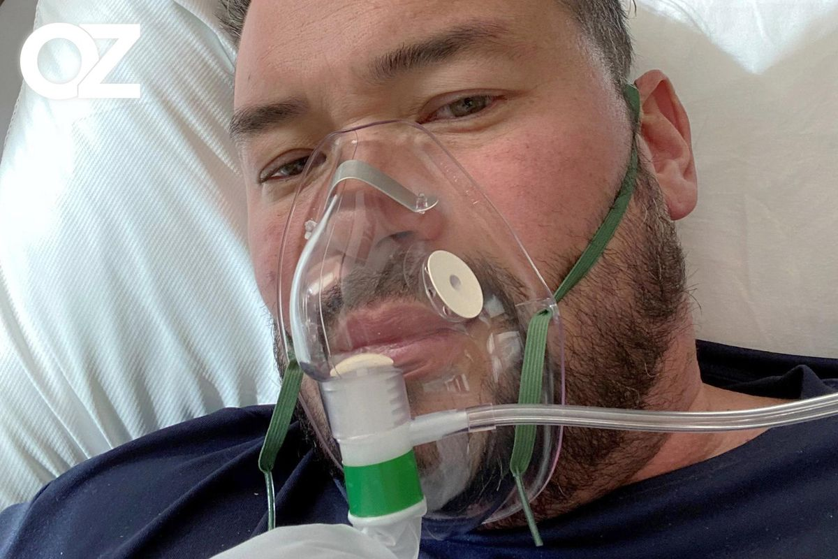 Jon Gosselin sits in his hospital bed while battling COVID-19. He is wearing an oxygen mask.